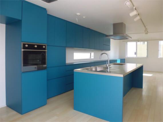 青いキッチン収納