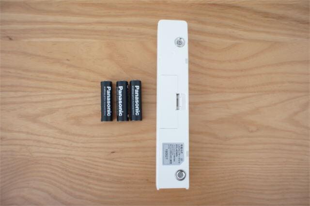 LEDセンサーライトと電池