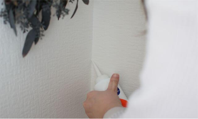 壁紙の隙間を補修終盤